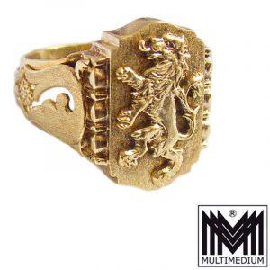 Prachtvoller alter Herren-Siegel-Ring um 1910 Handarbeit in Silber, vergoldet auf dem Ringkopf mit einem stehenden Löwen an der Ringschiene an beiden Seiten sind Applikationen durchbrochen gearbeitet und mattiert, Ringkopf: Hintergrund mattiert, aufgelöteter Löwe poliert gestempelt: 925 , S. Mü in einem guten Erhaltungszustand große Ringgröße: D: 72 US:14 UK:3 Ringkopf-Höhe : 2,3 cm Gesamtgewicht: 13,4 g