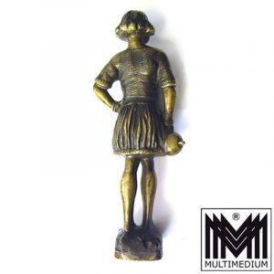 Alte schwere Messing Metall Figur keltische Kriegerin vermutlich 30er Jahre, schöne Darstellung, massiv gearbeitet, mit einem Helm haltend in der rechten Hand, linke Hand auf der Hüfte stützend. Das Gewand wird von einem Gürtel gehalten, in dem ein Kamm und ein Dolch steckt, mit nackten Füßen auf einem Fels stehend, schöne Ausarbeitung der Details, Künstlersignatur: N - förmiges Zeichen, unter Sockel gest.: Royal Alfa Bronce, guter schöner Erhaltungszustand. Gesamthöhe incl. Sockel: 25,5 cm Breite : 10 cm